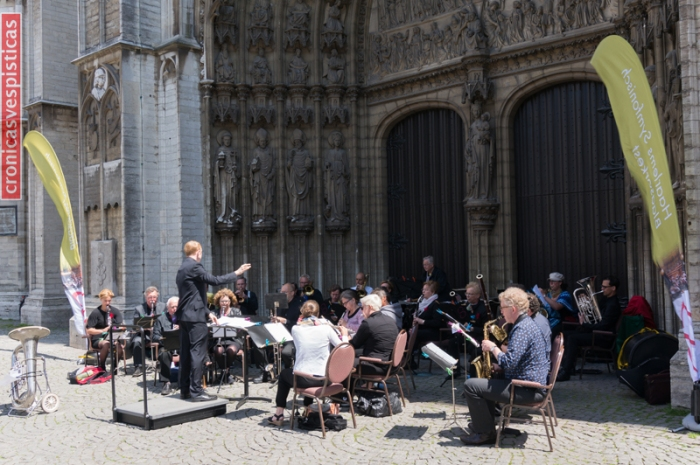 Orquesta frente Catedral de Amberes